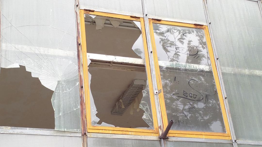 Vitres et fenêtres brisées